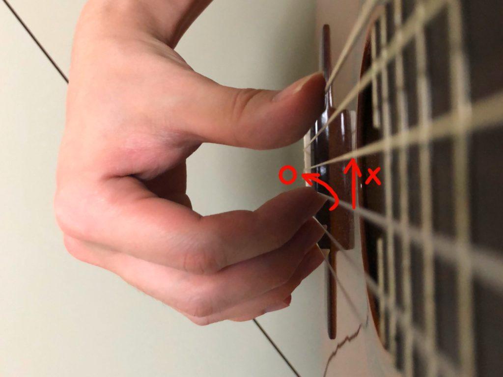 弦をすくい上げるように弾く